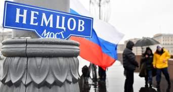 Росіяни встелили квітами міст, де вбили Нємцова: фото