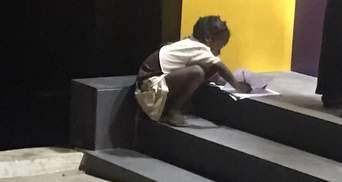 Девочка каждый вечер делала уроки под светом банкоматов: неравнодушные люди помогли ей