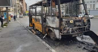 В Киеве дотла сгорела маршрутка: появилось видео начала пожара