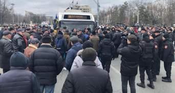 В Кишиневе ветераны войны в Приднестровье штурмуют здание правительства: фото, видео