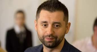 """Чи не показало голосування за відставку Рябошапки розкол у """"Слузі народу"""": думка Арахамії"""