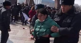 Всемирный марш женщин в Кыргызстане закончился драками и задержанием: видео