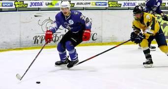 Хоккеист забросил эффектную шайбу в падении: видео