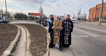 Захист від коронавірусу: священники їздять по Україні з іконами та свяченою водою – фото, відео