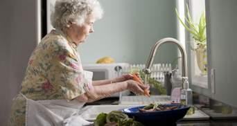 Пенсіонери можуть оплатити комуналку та замовити продукти через працівників Укрпошти