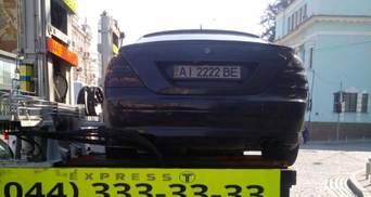 В Киеве оригинально проучили водителя, который припарковался на пешеходном переходе: видео