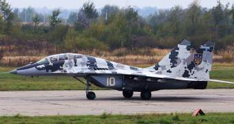 В Мелитополе аварийно сел военный самолет: фото