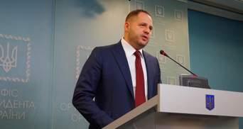 Третина українців вважає, що Зеленський повинен був звільнити Єрмака після скандалу з братом
