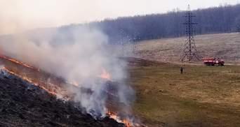 Пожежу біля військових складів у Балаклії загасили: відео