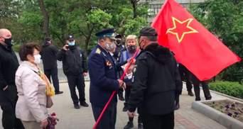 Пенсионер размахивал флагом СССР в Мелитополе: видео реакции полиции