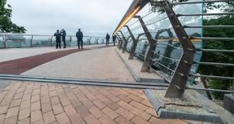 """Може, краще сталеве: на """"мості Кличка"""" знову тріснуло скло – фото"""