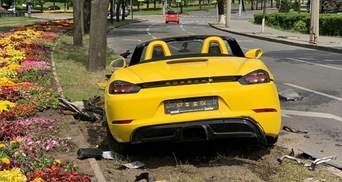 Епічна ДТП у Харкові: дівчина на елітному Porsche в'їхала у квіти та знесла дорожній знак – фото