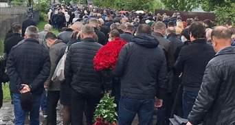 На Черниговщине сотни людей пришли на прощание с депутатом Давыденко: фото