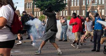 Смерть Джорджа Флойда: протесты распространились на другие города США – копов забрасывают камням