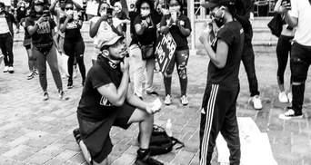 Парень неожиданно сделал предложение любимой во время протеста в США: милые фото