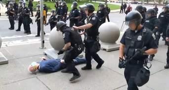 Не вчаться на помилках: у США копи збили з ніг дідуся під час протестів – відео
