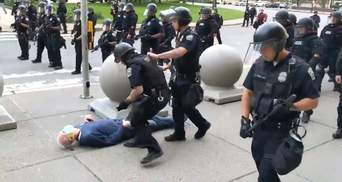 Не учатся на ошибках: в США копы сбили с ног дедушку во время протестов – видео