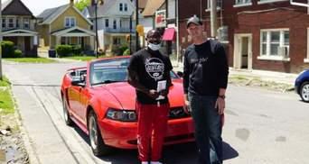 В США подросток получил стипендию в колледже и Mustang за уборку улиц после протестов