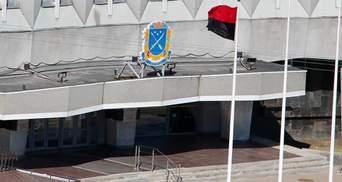 Красно-черный флаг сняли с мэрии Днепра: флаг там вывесили по просьбе ветеранов АТО