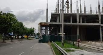 У Києві будують ТРЦ прямо на дорозі: хто за цим стоїть – фото, відео