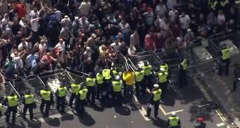 В Лондоне праворадикальные группы вмешались в мирный антирасистский протест: видео