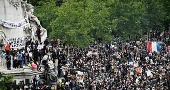 Каміння, бійки й сльозогінний газ: у Парижі тисячі людей вийшли на мітинг проти расизму
