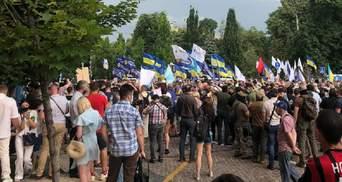 Прихильники Порошенка запалили фаєри під офісом Зеленського: фото і відео