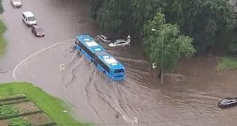 Потоп у Москві: сильна злива з градом затопила вулиці та станції метро – відео, фото