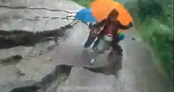 У Яремче під жінкою з двома дітьми зсунулася дорога: моторошне відео