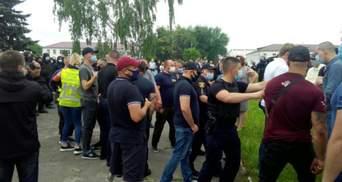 На Рівненщині на зустрічі з нардепом стались сутички: від вибуху постраждав головний патрульний