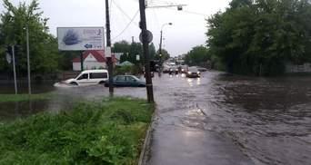У Рівному через сильні дощі підтоплені вулиці й будинки: фото, відео негоди