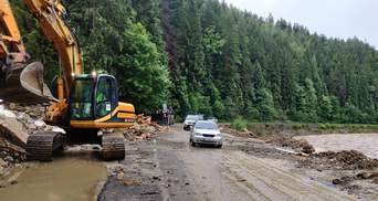 Транспортное сообщение в Буковель открыто: дорогу расчищала спецтехника – фото