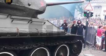Парад в оккупированном Севастополе: советский танк едва не въехал в зрителей