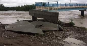На Франковщине смыло мост, который строили 7 лет после прошлого наводнения: грустные фото