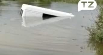 Божевільна ідея: на Буковині водій спробував проїхати по затопленій дорозі – відео