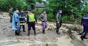Дамбу прорвет в любой момент: сотни домов на Прикарпатье под угрозой из-за наводнений и оползней