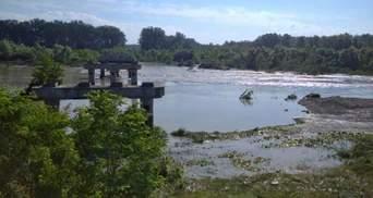 """Повінь на Буковині знесла """"тимчасовий"""" міст, який 12 років об'єднував два райони"""