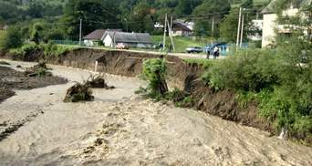 Розриває береги і дороги: на Прикарпатті річка Розсіч виходить з берегів – відео