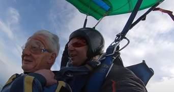 73-річний пенсіонер вразив мережу: вперше стрибнув з парашутом – відео