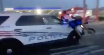 У полиции в США сдают нервы: копы наехали автомобилем на толпу протестующих – видео