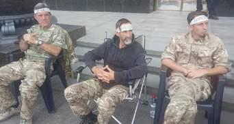 """Побратимы убитого """"Сармата"""" под офисом Зеленского голодают 22 дня: к ним присоединяются еще люди"""