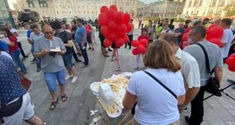 Фанаты Шария собрались на центральной площади Харькова: их уже забросали яйцами – фото, видео