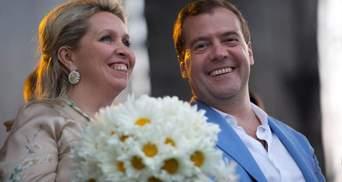 Правила не для всіх: дружина Медведєва полетіла в Європу попри заборону