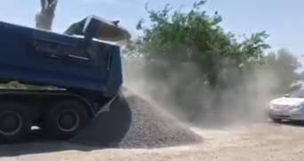 Водитель грузовика отказался от взвешивания и высыпал щебень посреди дороги: видео