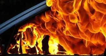 В Киеве на АЗС вспыхнул автомобиль, но работники заправки среагировали и спасли ребенка: видео