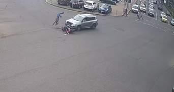 В Киеве Toyota на скорости сбила мотоциклиста: тот чудом выжил – жуткое видео