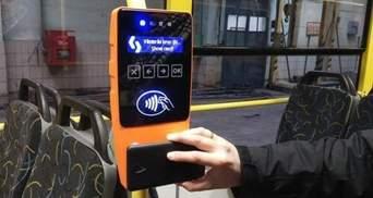 В Киеве планируют запустить оплату за проезд банковской картой: когда именно