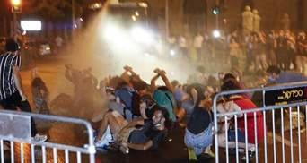 В Израиле бунтуют против карантина: полиция жестко разогнала людей водометами – видео