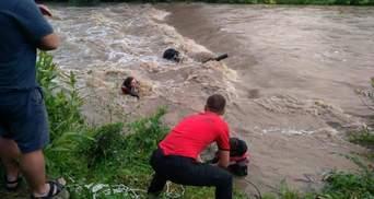 Хотів переправитись через гірську річку: чоловіка знесло течією на Львівщині – фото