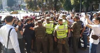 Под Нацсоветом подрались из-за пророссийского канала КРТ: вмешалась полиция – видео